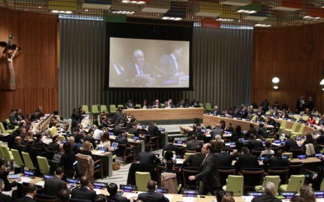 Le comité préparatoire de la conférence d'examen de 2015 du traité sur la non-prolifération des armes nucléaires au siège de l'ONU, le 28 avril 2014 (Crédit : ONU / Paulo Filgueiras)