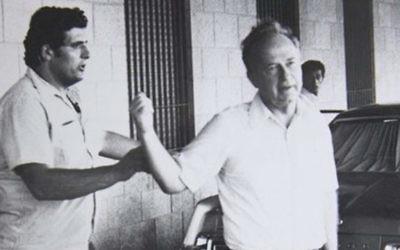 Une photo non datée d'Oved Natan (à gauche) avec l'ancien Premier ministre Yitzhak Rabin (Crédit : archives GPO)