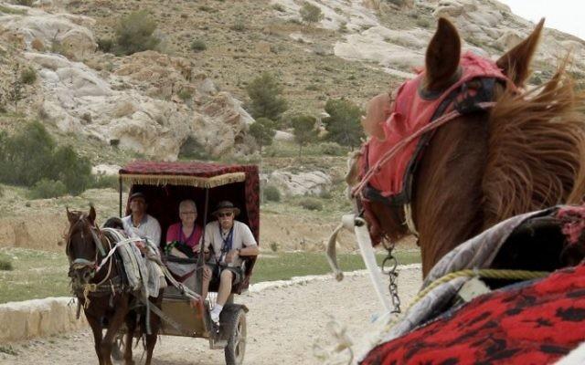 Des touristes transportés en charrette vers Petra