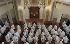 Les fidèles prient dans la synagogue Kadoorie – Mekor Haim à Porto, au Portugal, en mai 2014. (Crédit : communauté juive de Porto/JTA)