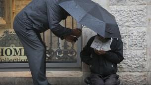 Un sans-abri à Jérusalem. Sous le premier ministre Benjamin Netanyahu, Israël est devenu l'un des pays les plus inégaux économiquement du monde développé (Crédit : Yonatan Sindel / Flash90)