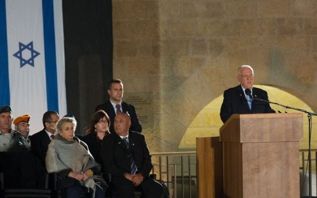 Reuven Rivlin au mur Occidental pour Yom HaZikaron, le 21 avril 2015 (Crédit : Yonatan Sindel/Flash90)