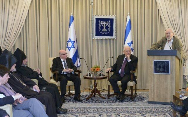 Le président Reuven Rivlin rencontre des représentants de la communauté arménienne à la résidence du président à Jérusalem, le 26 avril 2015 (Crédit : Mark Neyman/GPO)