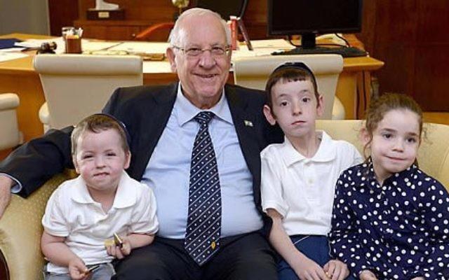 Le président Reuven Rivlin avec les enfants des émissaires au Népal du mouvement Habad, Rabbi Chezky et Chani Lifshitz, sont arrivés en Israël le 20 avril 2015. (Crédit : Mark Neiman / GPO)