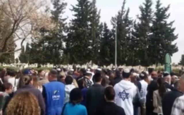 Illustration. Des centaines de personnes ont assisté aux funérailles du survivant de l'Holocauste Benjamin Schlesinger, un homme qu'ils n'avaient jamais rencontré. (Crédit : Capture d'écran Liza Lalutzashvili, DI Relations Publiques / Facebook)