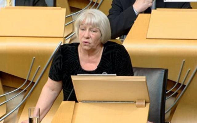 La députée écossaise Sandra White présente sa motion pro-palestinienne devant le parlement à  Edimbourg, le 21 avril 2015. (Crédit : Capture d'écran www.scottishparliament.tv)