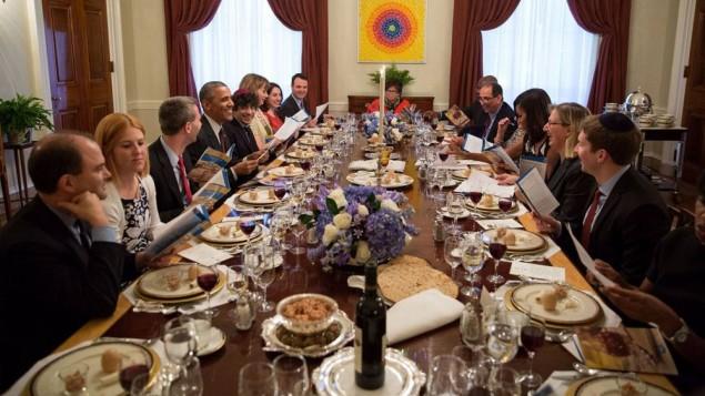 Le président américain Barack Obama et la Première Dame Michelle Obama reçoivent dea invités pour le dîner du Seder de Pessach à la Maison Blanche, le 3 avril 2015. (Crédit photo: Pete Souza / The White House)