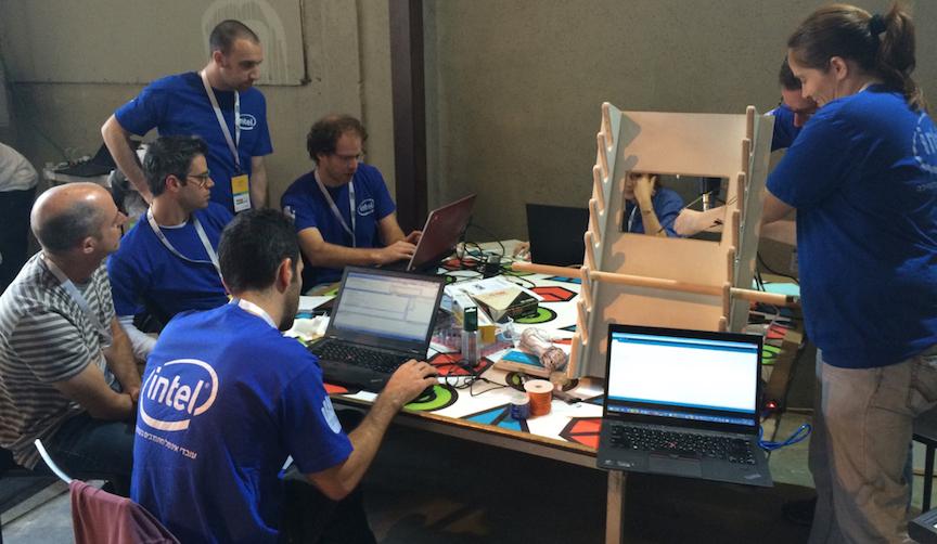 Des bénévoles d'Intel travaillant sur un projet rendre amusante les routines de physiothérapie (Crédit : Autorisation)