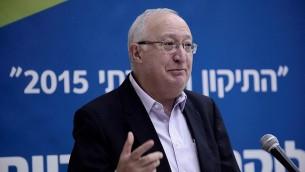 Le professeur Manuel Trajtenberg lors d'une conférence sur la situation sociale en Israël à l'Université de Tel Aviv le 18 janvier 2015 (Crédit : Tomer Neuberg / FLASH 90)