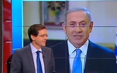 Le Premier ministre Benjamin Netanyahu débattant avec le chef Union sioniste Isaac Herzog qui se trouve dans le studio de la Deuxième chaîne, le 14 mars 2015. (Crédit : informations de la Deuxième chaîne)