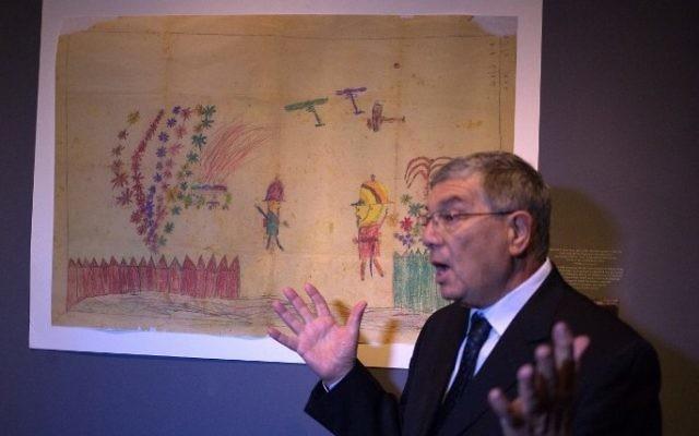 Le président de Yad Vashem, Avner Shalev, pendant une conférence de presse, le 12 avril 2015. (Crédit : Menahem Kahana/AFP)