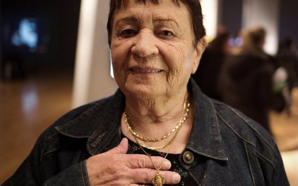 Survivante de l'Holocauste Marta Goren (Vinter), est née en Chortkiv, en Pologne, en 1935 montre son collier portant une image de Madonna et de Jésus, qu'elle portait avec elle pendant la guerre, - 12 Avril 2015. (Crédit : AFP PHOTO / MENAHEM KAHANA)