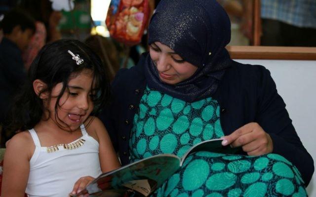 Maktabat al-Fanoos, un  programme de livre pour stimuler la lecture entre parents et enfants. (Crédit : Rami Jabareen)