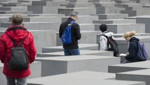 Les touristes visitent le Mémorial dédié aux Juifs assassinés d'Europe, le Mémorial de l'Holocauste, à Berlin, le 30 avril 2015. (Crédit : AFP / JOHN MACDOUGALL)
