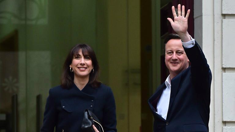 Le Premier ministre britannique David Cameron et son épouse Samantha arrivent au QG du Parti conservateur à Londres, le 8 mai 2015, au lendemain de sa victoire électorale (Crédit : AFP Photo / Ben Stansall)