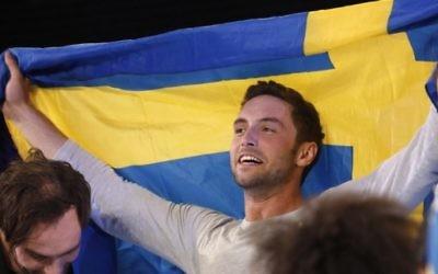 Mans Zelmerlow, chanteur suédois réagit après avoir remporté la finale de l'Eurovision, le 23 mai 2015 à Vienne. (Crédit : AFP PHOTO / DIETER NAGL)