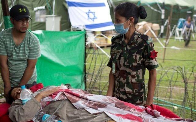Une Népalaise blessée arrive va être soignée à l'hôpital de campagne israélien, à Katmandou, le 1er mai 2015.  (Crédit : Menahem Kahana/AFP)