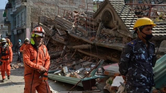 Les responsable de l'équipe de sauvetage à la recherche de survivants dans une maison effondrée à Katmandou le 12 mai 2015 (Crédit : AFP / PRAKASH MATHEMA)