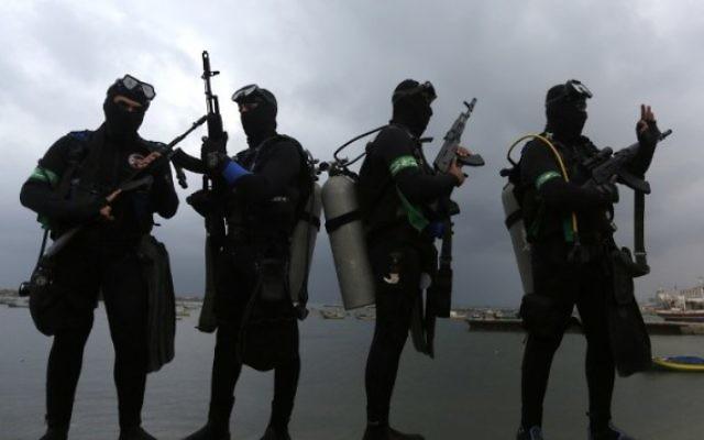 Les plongeurs des Brigades Ezzedine al-Qassam, la branche armée du Hamas, pendant une cérémonie marquant le 27e anniversaire de la création du mouvement terroriste, à Gaza Ville, le 14 décembre 2014. (Crédit : Mahmud Hams/AFP)