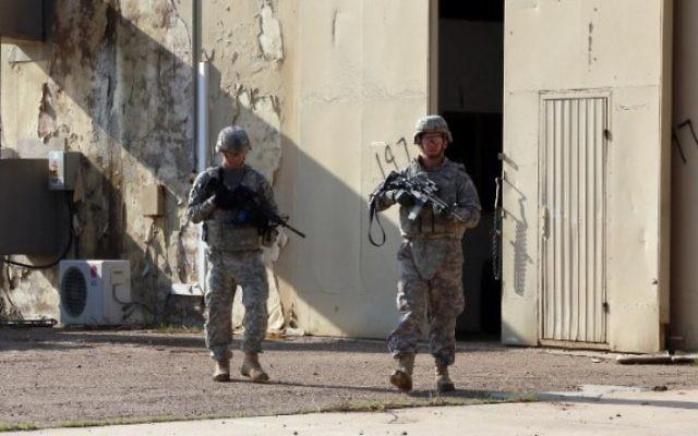 Les soldats américains dans le complexe de la base de Taji qui accueille les troupes irakiennes et américaines, le 29 décembre 2014. (Crédit : AFP / ALI AL-SAADI)
