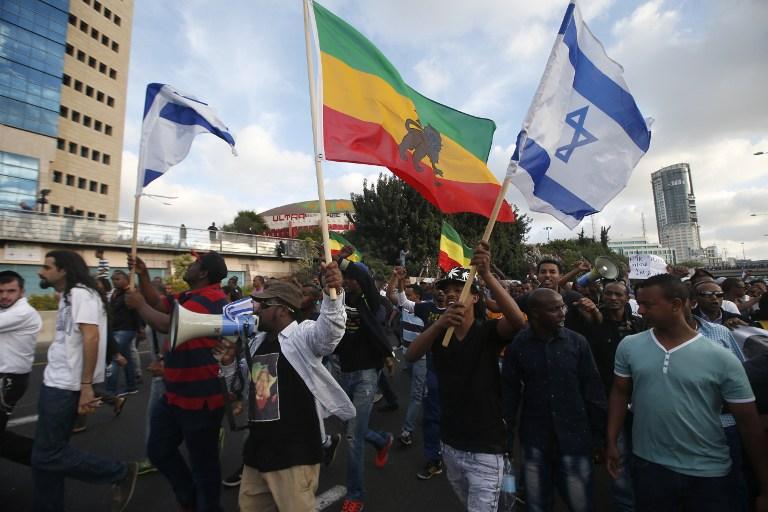 Les Israéliens prennent part à une manifestation à Tel Aviv organisé par les membres de la communauté éthiopienne contre les brutalités policières et la discrimination institutionnalisée, le 3 mai 2015. (Crédit : AFP / JACK GUEZ)