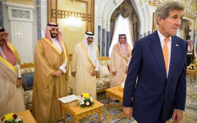 John Kerry, alors secrétaire d'Etat américain,à droite,  avec le prince Mohammed ben Salmane (2e à gauche), le fils du roi Salmane d'Arabie saoudite, et d'autres fonctionnaires de la Cour royale, à Riyad, en Arabie Saoudite, le 7 mai 2015. (Crédit : Andrew Harnik/Pool/AFP)