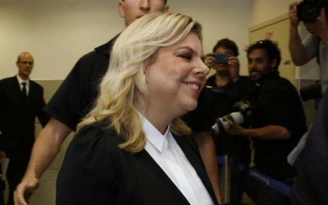 Sara Netanyahu, l'épouse du Premier ministre Benjamin Netanyahu, assiste à une audience de la cour pour témoigner dans une affaire qui l'oppose à un ancien employé de la résidence du Premier ministre, Jérusalem, le 10 mai 2015. (Crédit :  Gali Tibbon / AFP)