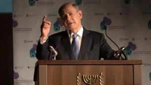 Le Premier ministre israélien Benjamin Netanyahu prononce un discours lors du 5e Forum mondial de lutte contre l'antisémitisme à l'International Convention Center à Jérusalem, le 12 mai 2015. (Crédit : AFP PHOTO / MENAHEM KAHANA)