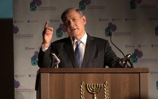 Le Premier ministre israélien Benjamin Netanyahu prononce un discours lors du 5e Forum mondial de lutte contre l'antisémitisme, à l'International Convention Center, à Jérusalem, le 12 mai 2015. (Crédit : AFP PHOTO / MENAHEM KAHANA)