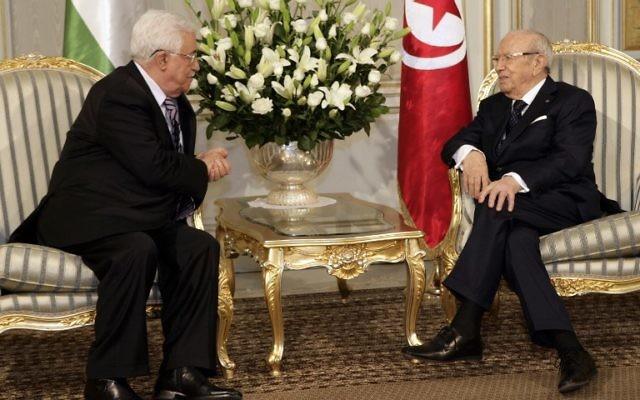 Le président tunisien Béji Caïd Essebsi (d) parle à Mahmoud Abbas lors d'une réunion au Palais de Carthage à Tunis, le 12 mai 2015. (Crédit : AFP PHOTO / FETHI BELAID