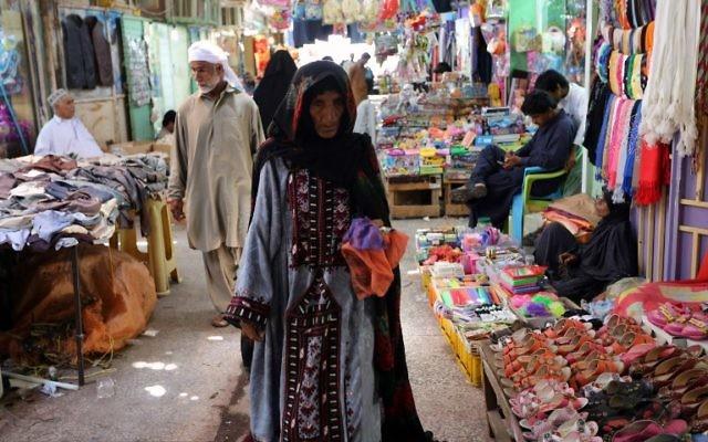 Une Iranienne faisant son marché dans le vieux bazar dans la ville côtière du sud de Chabahar le 13 mai 2015 (Crédit : AFP PHOTO / ATTA KENARE)