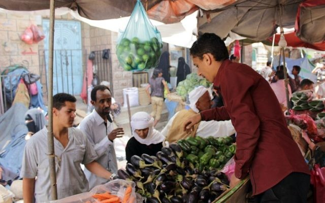 Profitant de la trêve les habitants achètent des légumes sur un marché de la vieille ville dans le sud-ouest du Yémen à Taez, le 13 mai 2015 (Crédit :AFP PHOTO / Abdel Rahman ABDALLAH)