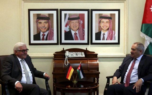 Frank-Walter Steinmeier lors d'une conférence de presse conjointe avec son homologue jordanien Nasser Joudeh - 16 mai 2015 (Crédit : AFP)