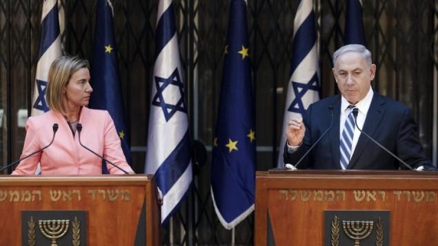 Le Premier ministre Benjamin Netanyahu et la chef de la diplomatie de l'Union européenne  Federica Mogherini en conférence de presse le 20 mai 2015 (Crédit : AFP / POOL / DAN BALILTY)