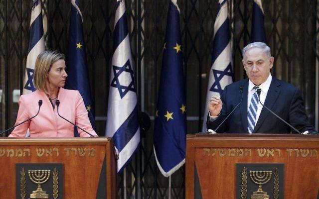 Le Premier ministre israélien Benjamin Netanyahu et la responsable de l'Union européenne pour la politique étrangère Federica Mogherini s'adressent aux médias après leur rencontre à Jérusalem, le 20 mai 2015. (Crédit : AFP PHOTO / POOL / DAN BALILTY)