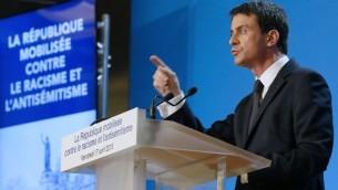 Le Premier ministre français Manuel Valls présente le plan du gouvernement visant à lutter contre le racisme et l'antisémitisme  à la préfecture de Créteil  dans le sud-est de la banlieue de Paris le 17 avril 2015 (Crédit : AFP / Patrick Kovarik)