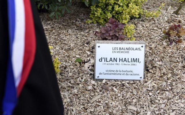La stèle rendant hommage à Ilan Halimi à Bagneux, le 5 mai 2015. (Crédit : Alain Jocard/AFP)