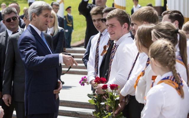 John Kerry (g) parle avec les enfants russes au Monument commémoratif de guerre Zakovkzalny à Sotchi, le 12 mai 2015 (Crédit : Joshua Roberts/afp)