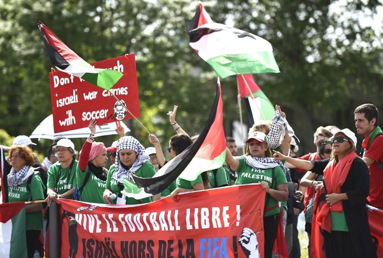 Les activistes palestiniens protestent devant le Hallenstadium où le 65e Congrès de la FIFA a eu lieu à Zurich le 29 mai 2015 (Crédit : AFP PHOTO / MICHAEL Buholzer)