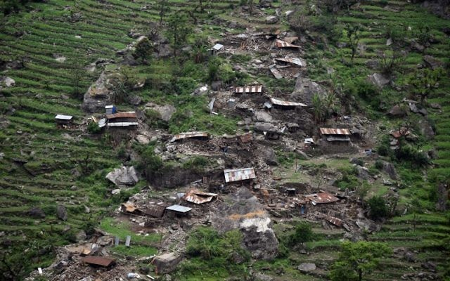 Une vue des maisons endommagées prises à partir d'un hélicoptère de l'armée indienne après un séisme dans la région népalaise de Gorkha le 28 avril 2015 (Crédit : AFP / Sajjad Hussain)