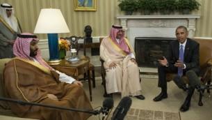 Le président américain Barack Obama rencontre le prince héritier Mohammed ben Nayef (au centre) et le prince Mohammed bin Salman (à gauche) d'Arabie Saoudite dans le Bureau ovale de la Maison Blanche à Washington, D.C., le 13 mai 2015. (Crédit : AFP/Nicholas Kamm)