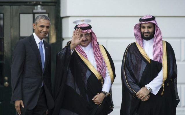 Le président américain Barack Obama accueille le prince héritier saoudien Mohammed bin Nayef (au centre) et le prince Mohammed bin Sultan (à droite) à la Maison Blanche à Washington, DC, le 13 mai 2015. Obama a accueilli les dirigeants du Conseil de coopération du Golfe (CCG ) pour apaiser leurs craintes sur un accord potentiel nucléaire avec l'Iran et aborder les questions de sécurité régionale (Crédit : AFP PHOTO / NICHOLAS KAMM)