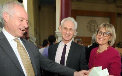 Jonathan Arkush, à gauche, vote pour le président du Conseil des députés des Juifs britanniques avec les deux autres candidats, Alex Brummer, au centre, et Laura Marks, à droite, le 17 mai 2015 (Crédit : Board of Deputies / John Rifkin)