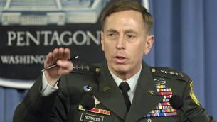 Le général de l'armée américaine David H. Petraeus, commandant de la Force multinationale en Irak, s'adressant aux journalistes, au Pentagone, le 26 avril 2007, à propos de sa vision de la situation militaire en Irak. (Crédit : Robert D. Ward/Wikimedia/Domaine public)