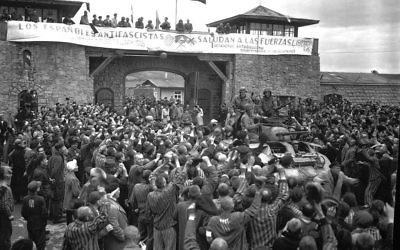 Des prisonniers libérés du camp de Mauthausen (Crédit : Domaine public)