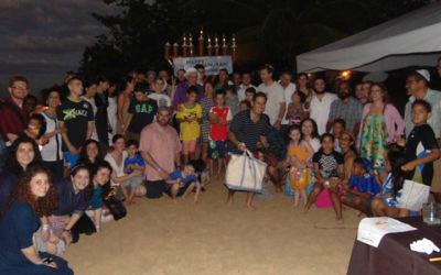 Une célébration de Hanoukka organisée par le Habad sur la plage à Ocho Rios, Jamaïque, en décembre 2014. (Crédit : autorisation)