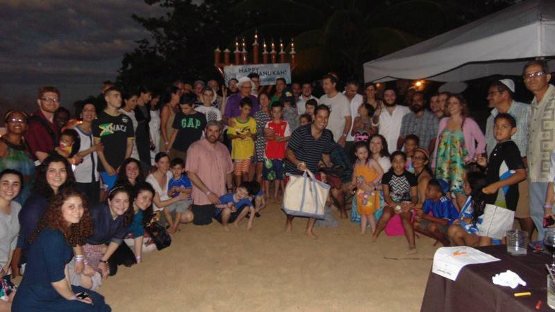 Une célébration de Hanoukka organisée par Chabad sur la plage à Ocho Rios, Jamaïque, en décembre 2014 (Crédit : Autorisation)