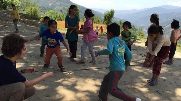 La seule chose utile que je l'ai faite au Népal : jouer avec les enfants qui attendait que les membres de leur famille soient traités à la clinique mobile IsraAID dans un village de montagne isolé (Crédit : Autorisation IsraAID)
