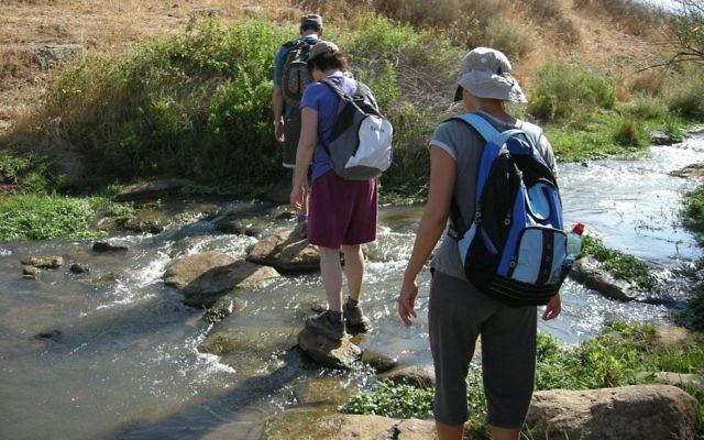 Des randonneurs sur Israel Trail en 2009 (Crédit : Yoav Dothan/ Wikimédia/ Domaine public)