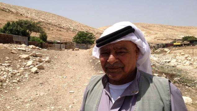 Deifallah, 65 ans, l'ancien du village de Jahallin-Arareh, se tient à côté de sa maison  de fortune à l'est de Jérusalem le 29 avril 2015 (Crédit : Elhanan Miller / Times of Israël)